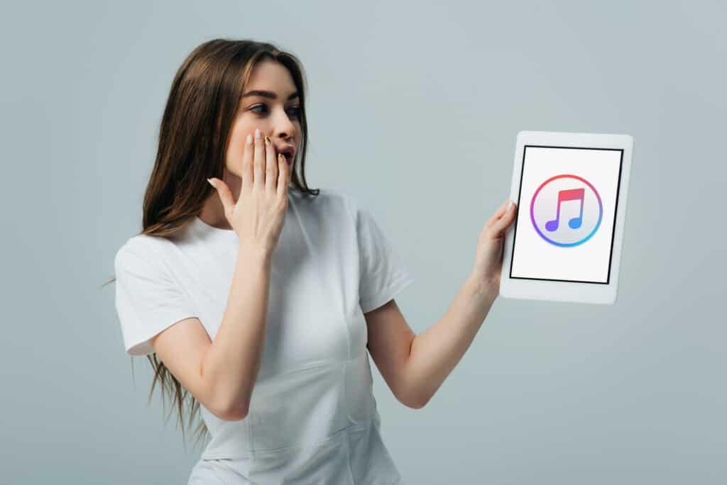 Pige har iPad i hånden med Apple Music logo